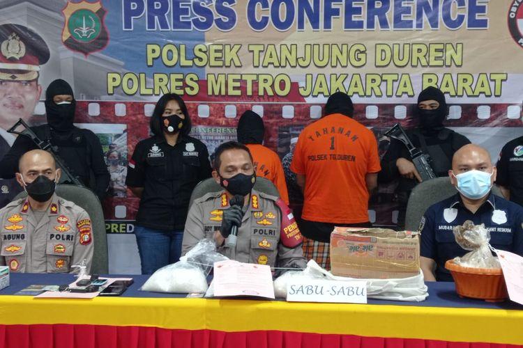 Kapolres Jakarta Barat Kombes Pol Ady Wibowo dalam konferensi pers pengungkapan penangkapan dua orang pengedar sabu-sabu di Mapolsek Tanjung Duren, pada Selasa (16/2/2021).