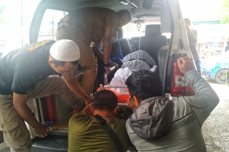 Jasad almarhum Taufik Hidayat dievakuasi ke mobil jenazah di RSUD R Syamsudin, Sukabumi, Jawa Barat, Senin (6/1/2020).