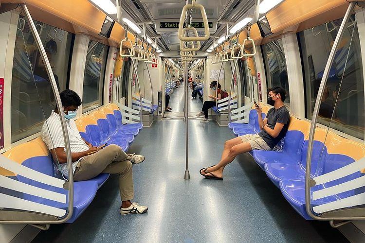 MRT Singapura yang sedang melintas di distrik Sengkang, Singapura Utara terlihat lenggng, Jumat malam (10/9/2021). Singapura kembali mengumumkan pembatasan sosial setelah angka harian kasus Covid-19 memecahkan rekor menembus angka tertinggi sejak pandemi pada Kamis (23/9/2021).