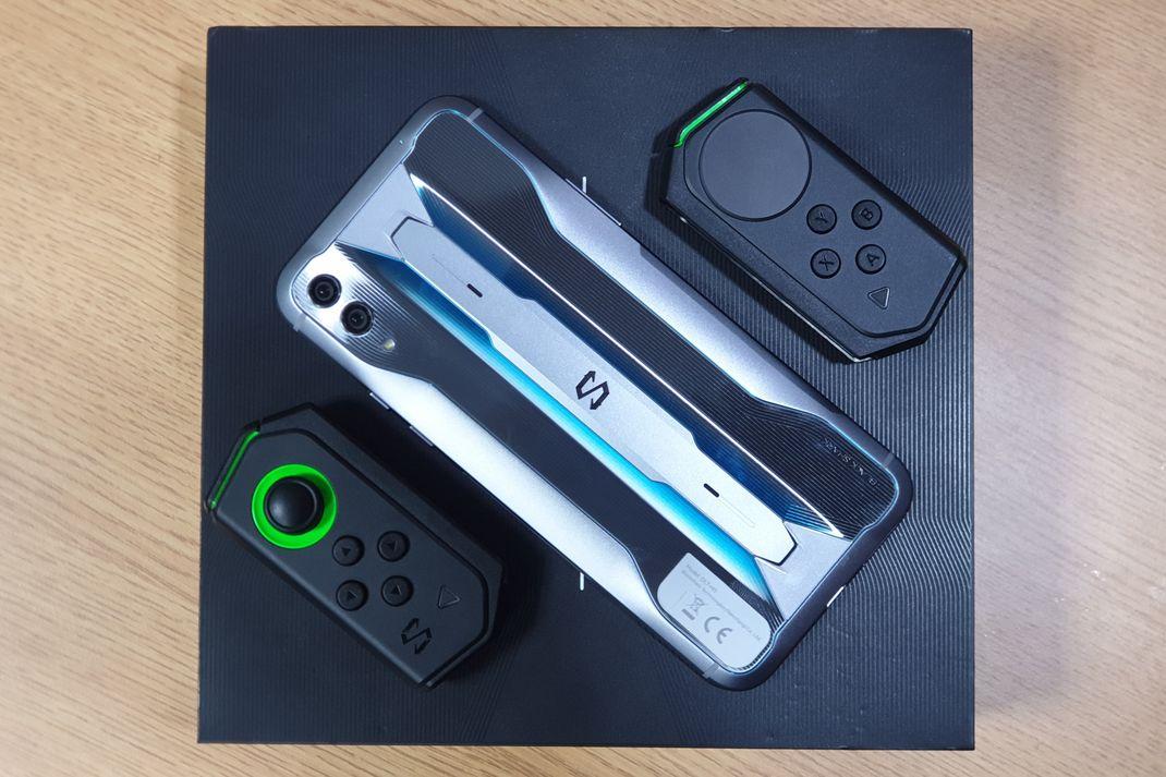 TEKNO - Black Shark 2 Pro dengan gamepad kiri dan kanan