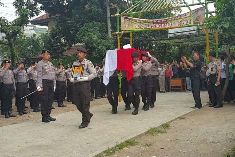 Upacara pemberangkatan jenazah Briptu Anumerta Imam Gilang Adinata (24) di lapangan SDN 05 Menteng Dalam, Tebet, Jakarta Selatan, Kamis (25/5/2017). Gilang akan dimakamkan di Klaten, Jawa Tengah, dengan upacara kedinasan.