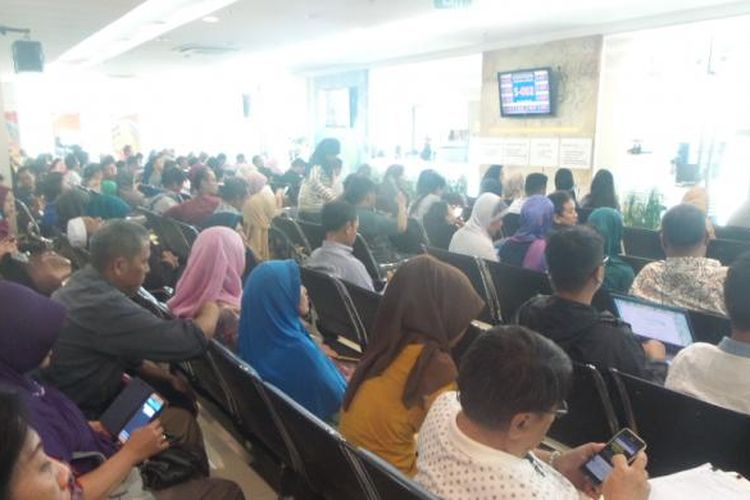 Antrean di ruang tunggu Kantor Imigrasi Khusus Klas I Jakarta Selatan, Senin (2/5/2016).