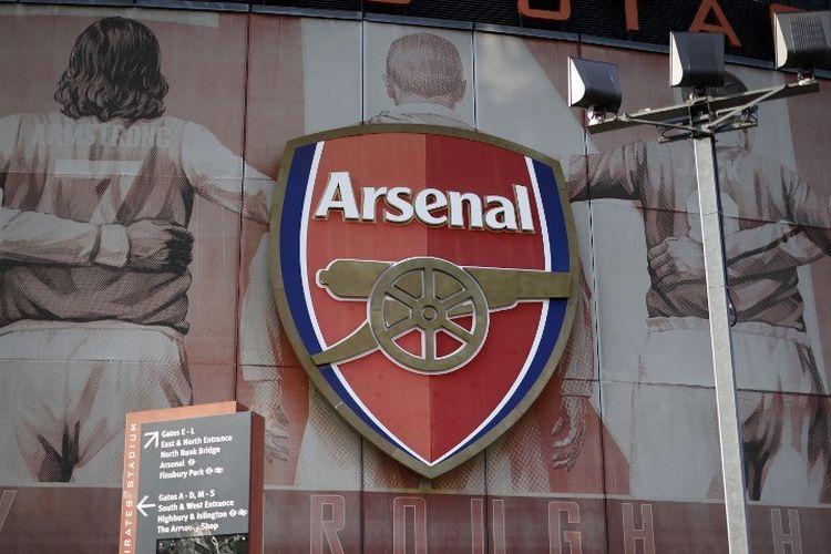 Logo Arsenal terpampang di Stadion Emirates.
