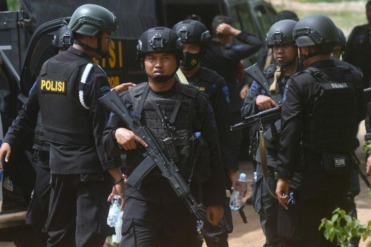 Personel Brimob Polri melakukan penyisiran di lokasi yang diduga menjadi persembunyian terduga teroris di kawasan perbukitan di Kelurahan Mamboro, Palu Utara, Sulawesi Tengah, Minggu (8/11/2020). Aparat gabungan yang terdiri dari Detasemen Khusus (Densus) 88 Antiteror Polri, Brimob Polri dan TNI terus melakukan pengejaran dan memperluas area penyisiran untuk mencari seorang pria yang diduga merupakan anggota kelompok teroris yang masuk dalam Daftar Pencarian Orang (DPO) Poso.