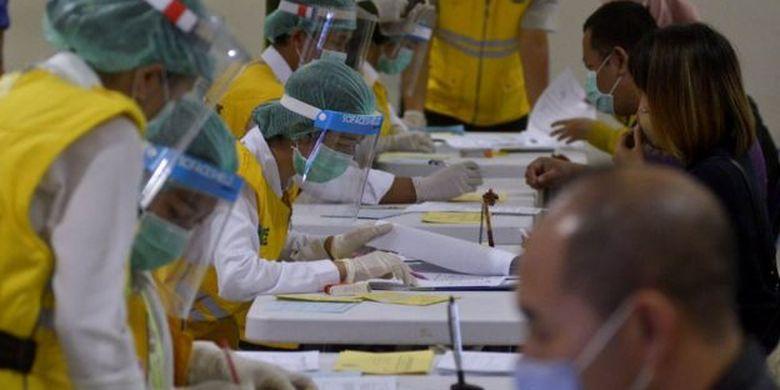 Petugas melakukan pemeriksaan dokumen perjalanan penumpang pesawat yang tiba di Terminal Domestik Bandara Internasional I Gusti Ngurah Rai, Bali, Senin (01/06).