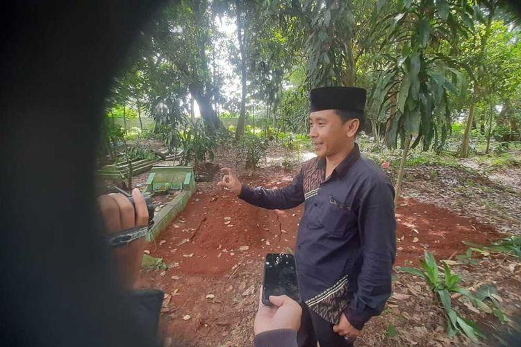 Tokoh masyarakat Lingkungan Cidadap, Kelurahan Tinggar, Kecamatan Curug, Kota Serang saat memperlihatkan makam Aisah yang sudah dibongkar oleh suami dan warga setempat