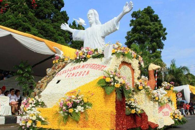 Salah satu kenderaan hias dari bahan bunga saat mengikuti Festival Bunga Tomohon pada tahun 2015.