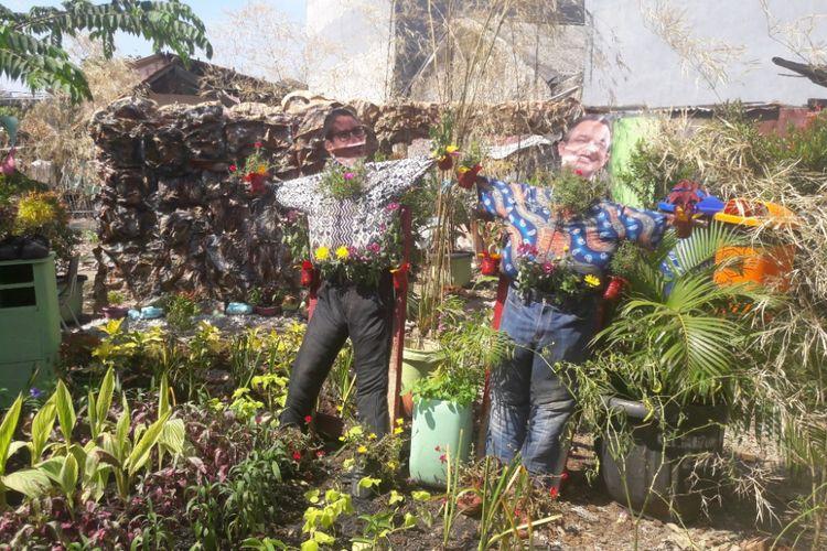 Orang-orangan sawah bersosok Anies Baswedan dan Sandiaga Uno terdapat di Kampung Anies-Sandi, Tanjung Priok, Jumat (13/4/2018).