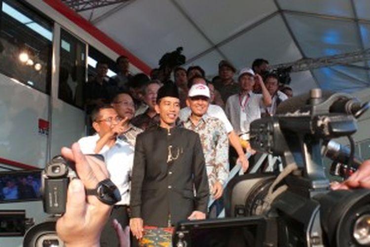 Menteri BUMN Dahlan Iskan (berbaju putih) bersama Gubernur DKI Jakarta Joko Widodo (berbaju ujung serong) saat mengelilingi Monorel buatan PT Adhi Karya, di Monas, Jakarta, Sabtu (22/6/2013).