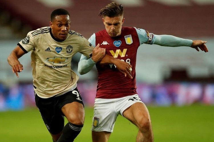 Anthony Martial (kiri) berebut bola dengan pemain Aston Villa, Jack Grealish, dalam pertandingan Aston Villa vs Man United di Stadion Villa Park, Jumat (10/7/2020) dini hari WIB.