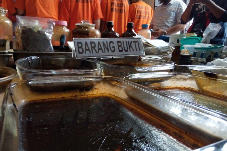 Bahan-bahan olahan kratom yang diamankan dari vila tersangka kasus sabu, TJM, di Polresta Denpasar, Rabu (11/11/2020).