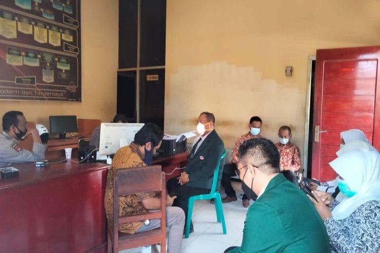 Pengurus organisasi profesi saat melaporkan pemilik akun Facebook diruang SPKT Polres Bima Kota.