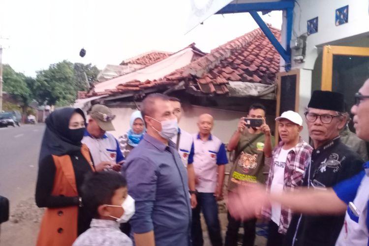 Mantan Bupati Garut Aceng Fikri menemui warga di Kecamatan Pamengpeuk dan melihat dampak banjir bandang, Rabu (14/10/2020)