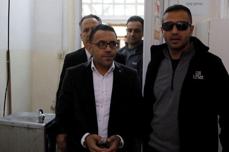 Gubernur Palestina untuk Yerusalem, Adnan Gheith (kiri) saat dihadirkan dalam persidangan, sehari setelah dirinya ditangkap kepolisian Israel, Minggu (25/11/2018).
