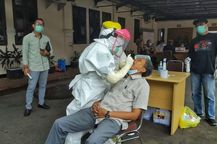 Sejumlah anggota Dewan Perwakilan Rakyat Daerah (DPRD) Kabupaten Purbalingga, Jawa Tengah menjalani tes usap di kantor sekretariat, Senin (21/12/2020).