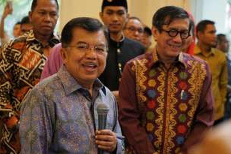 Wakil Presiden Jusuf Kalla dan Menteri Hukum dan HAM Yasonna Laoly usai menghadiri acara syukuran pembebasan bersyarat Antasari Azhar di Hotel Grand Zuri, Serpong, Tangerang, Banten, Sabtu (26/11/2016).