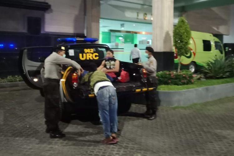 Polisi membantu ibu melahirkan di atas mobil patroli di Gianyar