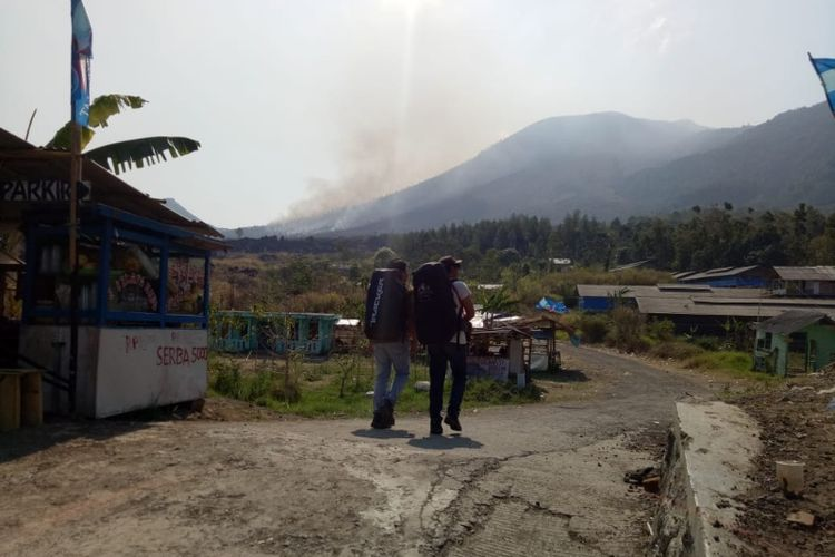 Beberapa pendaki tengah mendaki Gunung Guntur dari pos pendakian Citiis, Desa Pasawahan. Padahal secara resmi, pendakian ke gunung tersebut telah ditutup karena kebakaran lahan, Jumat (28/9/2018).