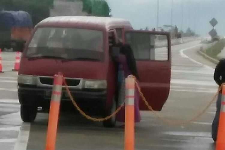 Mobil dari satu keluarga yang ditahan di pintu tol Sidomulyo, Minggu (14/2/2021) sore. Mobil ini ditahan karena menggunakan satu kartu untuk dua kendaraan. (FOTO: Dok.warga)