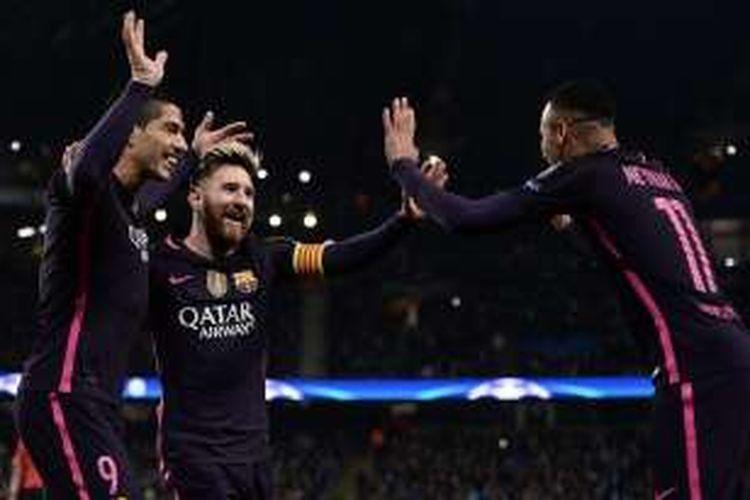 Tiga penyerang FC Barcelona, Luis Suarez (kiri), Lionel Messi (tengah), dan Neymar, merayakan gol ke gawang Manchester City, dalam laga penyisihan Grup C Liga Champions, di Stadion Etihad, Selasa (1/11/2016) waktu setempat.