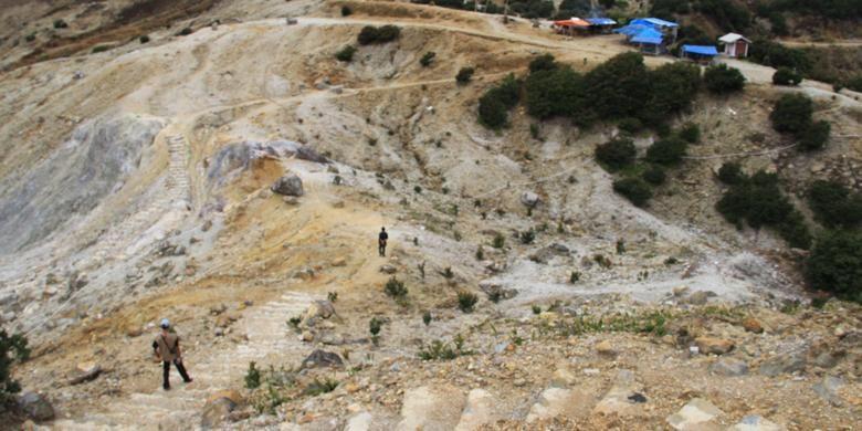 Pendaki menuruni jalur pendakian baru Gunung Papandayan, Kecamatan Cisurupan, Jawa Barat, Kamis (29/6/2016). Gunung Papandayan kini memiliki jalur pendakian baru yang erletak di punggung gunung sisi kanan jalan jika dijangkau dari pintu penjualan tiket masuk Gunung Papandayan.