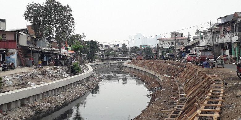 Dinas Sumber Daya Air (SDA) DKI Jakarta melalukan normalisasi Kali Gogol di Jalan Palmerah I atau jalan inspeksi, Jakarta Barat pada Selasa (25/9/2018).