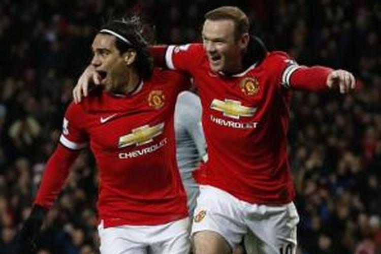 Striker Manchester United, Wayne Rooney (kanan), merayakan gol bersama Radamel Falcao (kiri) pada laga melawan Newcastle United di Old Trafford, Jumat (26/12/2014).