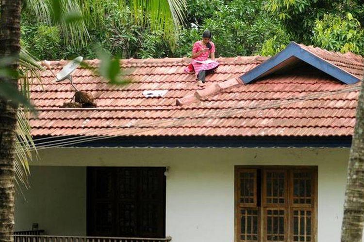 Mahasiswa India mengikuti kelas online dari atap rumah untuk mendapatkan sinyal internet yang bagus.
