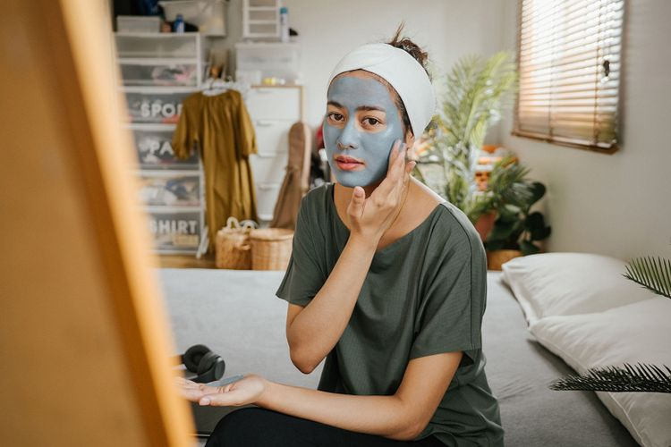 Ilustrasi melakukan facial dari rumah dengan produk-produk perawatan kulit dari Tokopedia