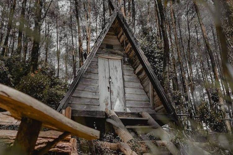 Rumah Dayak yang populer di area Hutan Pinus Rahong