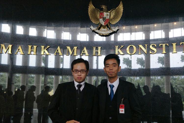 Zico Leonard Djagardo Sumanjuntak (kiri) dan Josua Satria Collins (kanan), dua anak muda yang mengajukan gugatan uji materi UU tentang MPR, DPR, DPRD dan DPD (MD3) ke MK.