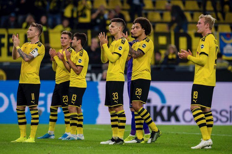 Pemain Borussia Dortmund menyapa para pendukungnya di Stadion Signal Iduna Park.