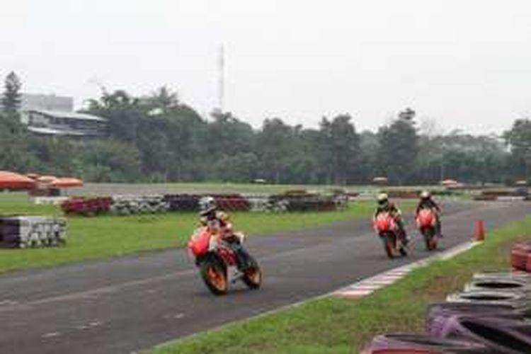 Pebalap AHRT menjalani latihan intensif di sirkuit Sentul, Jawa Barat, (2/2/2016), sebagai persiapa mengikuti tes pramusim kejuaraan balap ATC 2016.