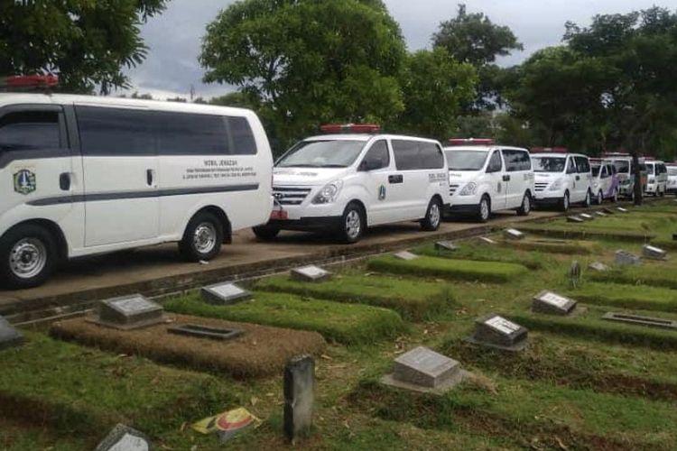 Mobil ambulans mengantre untuk menurunkan jenazah Covid-19 di Taman Pemakaman Umum (TPU) Srengseng Sawah, Jagakarsa, Jakarta Selatan pada Selasa (12/1/2021) siang.