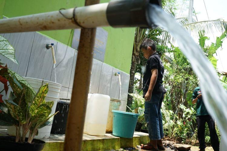 Warga tengah memanfaatkan keberadaan sumber air dari sumur bor persembahan donatur Dompet Dhuafa, Rabu (6/10/2021). Adanya sumur bor tersebut bagian dari program Air Untuk Kehidupan yang memiliki semangat memberikan akses air bersih bagi masyarakat di wilayah sulit air.