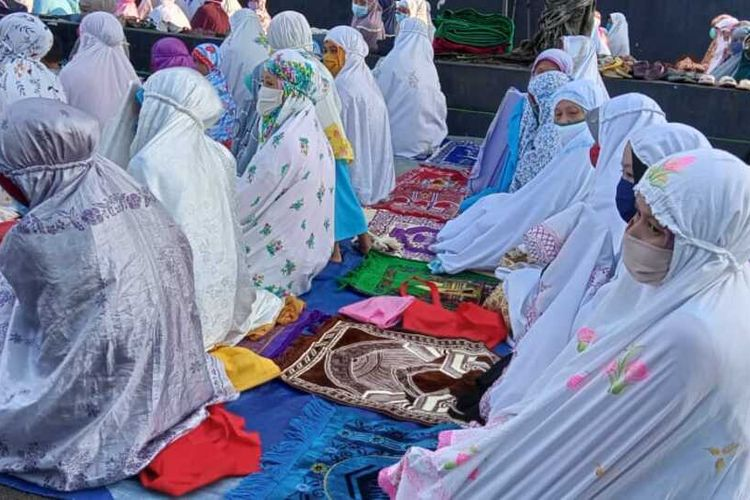 Ratusan penganut aliran Islam Aboge (Alif Rebo Wage) melaksanakan salat ied di Masjid Sayyid Kuning, Desa Onje, Kecamatan Mrebet, Purbalingga, Jawa Tengah, Jumat (14/5/2021).