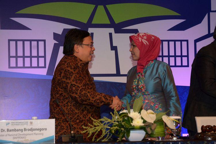 Menteri PPN/Kepala Bappenas Bambang Brodjonegoro (kiri) berjabat tangan dengan Ketua Badan Kerja Sama Antarparlemen Nurhayati saat Forum Parlemen Dunia 2017 di Nusa Dua, Bali, Kamis (7/9). Bambang Brojonegoro memaparkan target pembangunan dalam lima tahun ke depan yang selalu melibatkan parlemen, lembaga swadaya masyarakat dan akademisi dalam setiap perencanaan pembangunan untuk mensukseskan target pembangunan tersebut. ANTARA FOTO/Wira Suryantala/nym/aww/17.