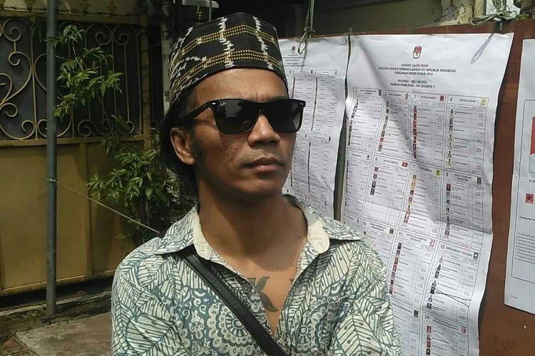 Kaka Slank usai melakukan pencoblosan di TPS 31, kawasan Potlot, Duren Tiga, Jakarta Selatan, Rabu (17/4/2019).