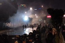 Sambil Orasi, Mahasiswa Duduk Bareng dengan Polisi di Depan Gedung DPR