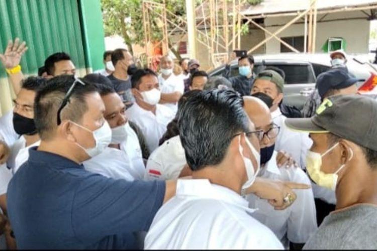 Rapat Dewan Pengurus Lengkap Kamar Dagang dan Industri (RDPL Kadin) Kalimantan Barat Kalimantan Barat (Kalbar) yang membahas peserta musyawarah nasional (munas) di Bali pada awal Juni 2021 mendatang, berakhir ricuh. Kericuhan bermula dari penolakan sejumlah terkait pemilihan dua orang peserta utusan.