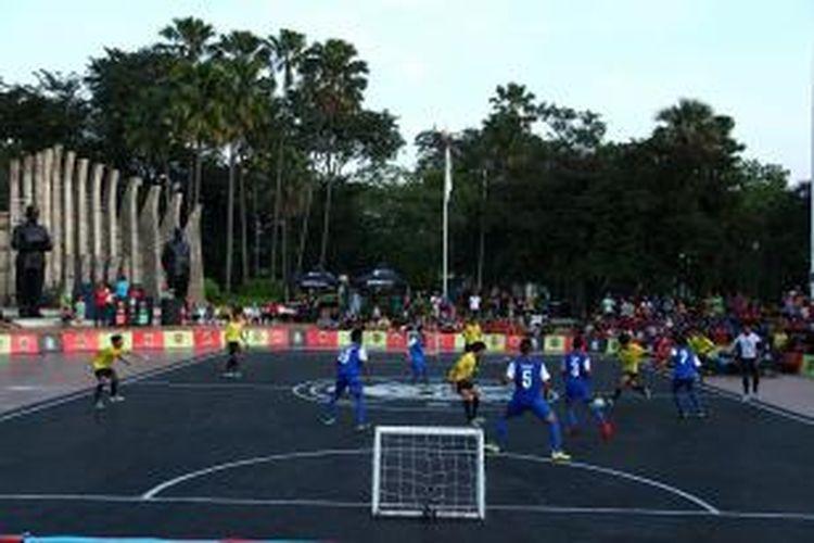 Perwakilan Indonesia, tim BM Gladiator (seragam kuning) saat bertanding melawan perwakilan Malaysia, Court Soccer Kuala Lumpur dalam ajang final turnamen bertajuk