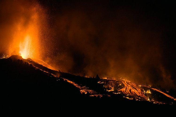 Lava mengalir dari letusan gunung berapi di pulau La Palma di Canaries, Spanyol, Minggu, 19 September 2021.