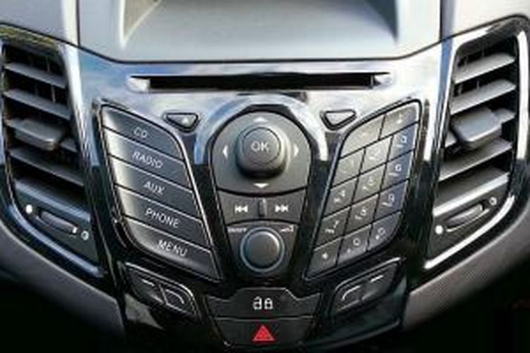Dashboard terinspirasi gaya ponsel dengan audio dan layar informasi di tengah.