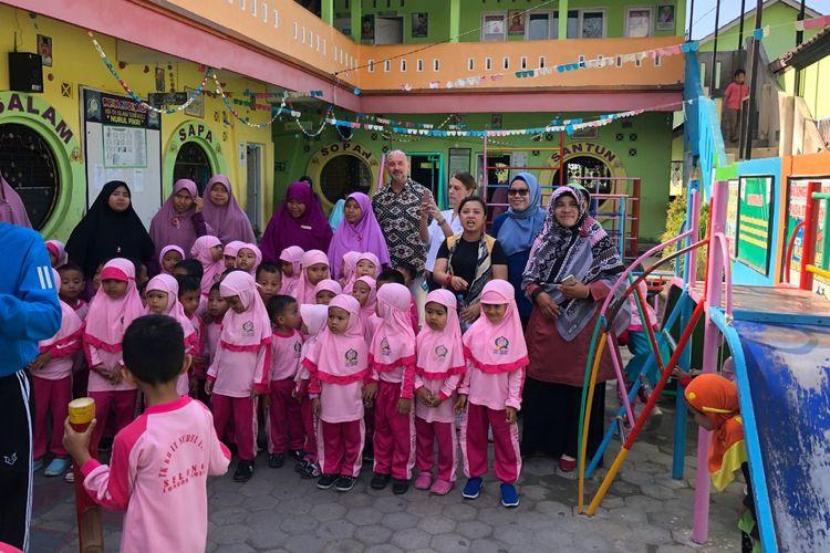 Tim guru Jakarta Intercultural School (JIS) di bawah Greg Zolkowski, Community Educational Outreach Coordinator JIS dan tim berangkat ke lokasi bencana di Selong, Nusa Tenggara Barat, pada akhir September lalu untuk memberikan workshop kepada guru TK dan PAUD.