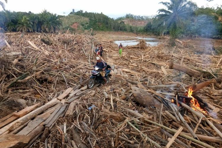 Sisa material akibat banjir di Kabupaten Bengkulu Tengah