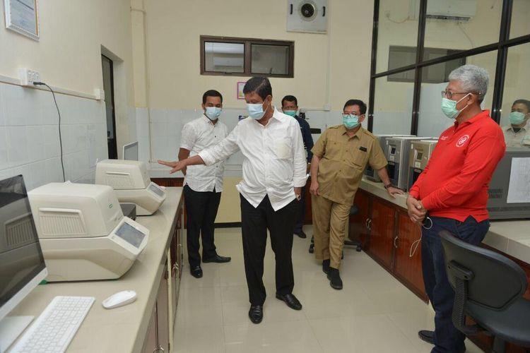 Plt Gubernur Kepulauan Roau (Kepri) Isdianto langsung memeriksa kesiapan Balai Teknik Kesehatan Lingkungan dan Pengendalian Penyakit (BTKLPP) Kelas I Batam dalam melaksanakan pemeriksaan covid-19.