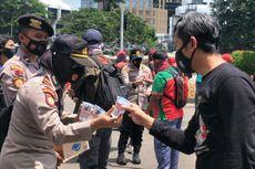 Kawal Demo di Patung Kuda, Polisi Bagikan Air dan Ingatkan Buruh Terapkan Prokes