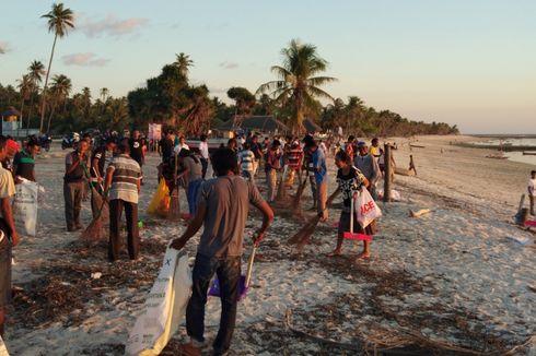 Cegah Pencemaran, Ratusan Warga Rote dan Wisatawan Bersihkan Pantai Nemberala