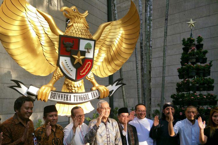 Uskup dan Unit Kerja Presiden bidang Pembinaan Ideologi Pancasila (UKP PIP) berfoto bersama di depan Garuda Pancasila Gereja Katedral