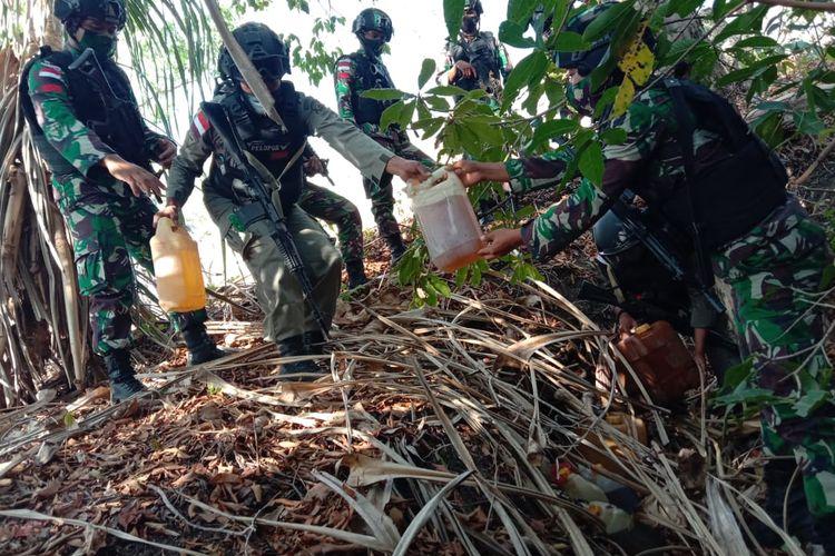 PHOTO:Anggota TNI dan Polri berhasil menggagalkan penyelundupan BBM ke Timor Leste yang disembunyikan dalam semak